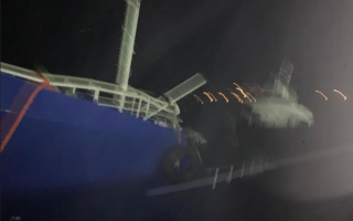 ship-carrying-193-migrants-aground-on-kea-island