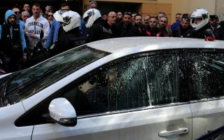 angry-taxi-drivers-target-uber-workers-in-athens
