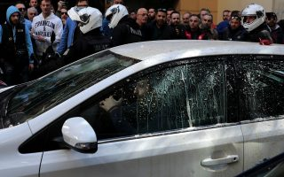 taxi-drivers-protest-against-uber-amp-8216-invasion-amp-8217-in-greece