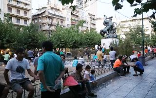homeless-refugees-transferred-to-athens-camp