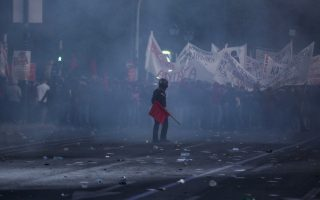 greek-police-fire-teargas-at-protesters-outside-parliament0
