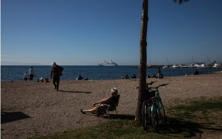 athenians-hit-the-beach-as-temperatures-rise0