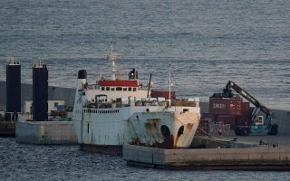 greece-delivers-food-to-cattle-ship-at-sea-for-months