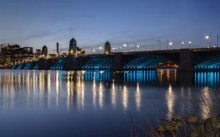 boston-bridge-lit-up-in-colors-of-greek-flag