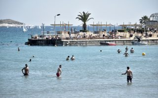 stores-prepare-for-reopening-as-athenians-flock-to-the-beaches