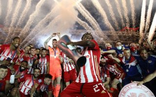 olympiakos-hosts-its-title-fiesta-after-beating-paok