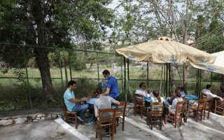 cafes-restaurants-reopen-in-greece-for-outdoor-service