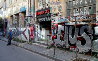 police-to-seal-off-defunct-embros-theater-in-athens