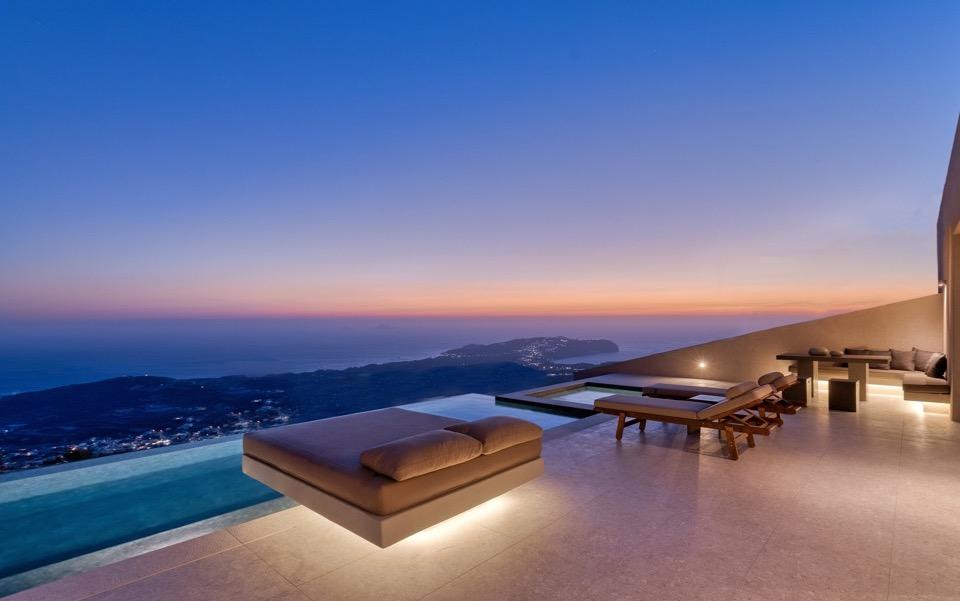 Santorini Sky hotel lands Robb Report luxury award | eKathimerini.com