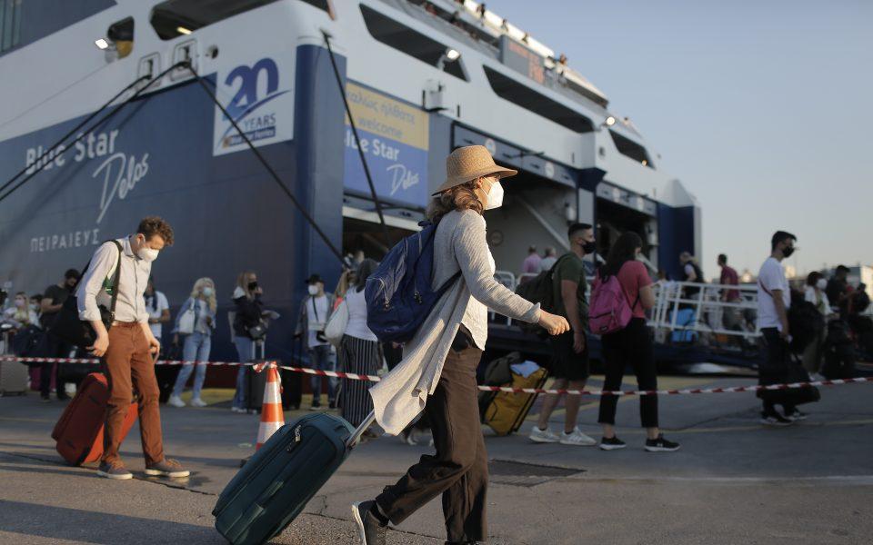 Passenger traffic picks up in Piraeus, island hotels full ahead of long weekend | eKathimerini.com