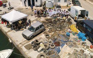 volunteers-clean-up-santorini-fishing-port