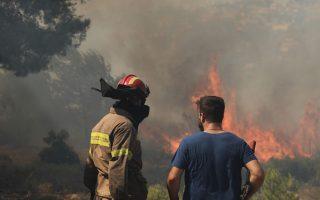 village-evacuated-in-evia-as-firemen-battle-nightmarish-blaze