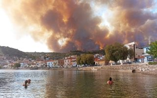 more-villages-evacuated-in-evia-where-fire-encircles-monastery