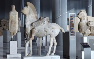 acropolis-museum-organizing-special-tours-for-refugees-migrants