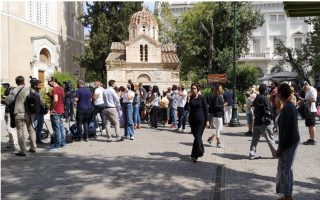 public-gathers-outside-athens-cathedral-to-pay-respects-to-theodorakis