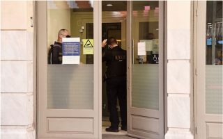 man-arrested-over-bank-heist-in-central-athens