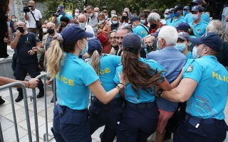 scuffles-as-crowds-line-up-to-pay-respects-to-theodorakis